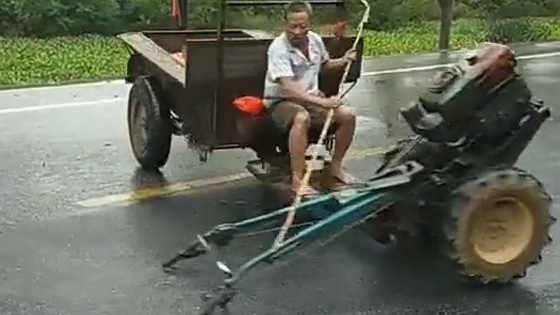 Have you seen this kind of tractor? When the steering wheel is misplaced, the result is very tragic.